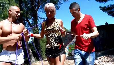Mature slut Nicky Wayne drops her clothes for outdoors threesome