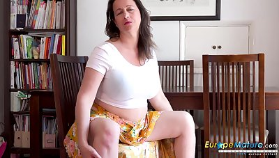 Older mature lady is carrying-on upon their way incomparable body without fail their way fingers added to sex toys